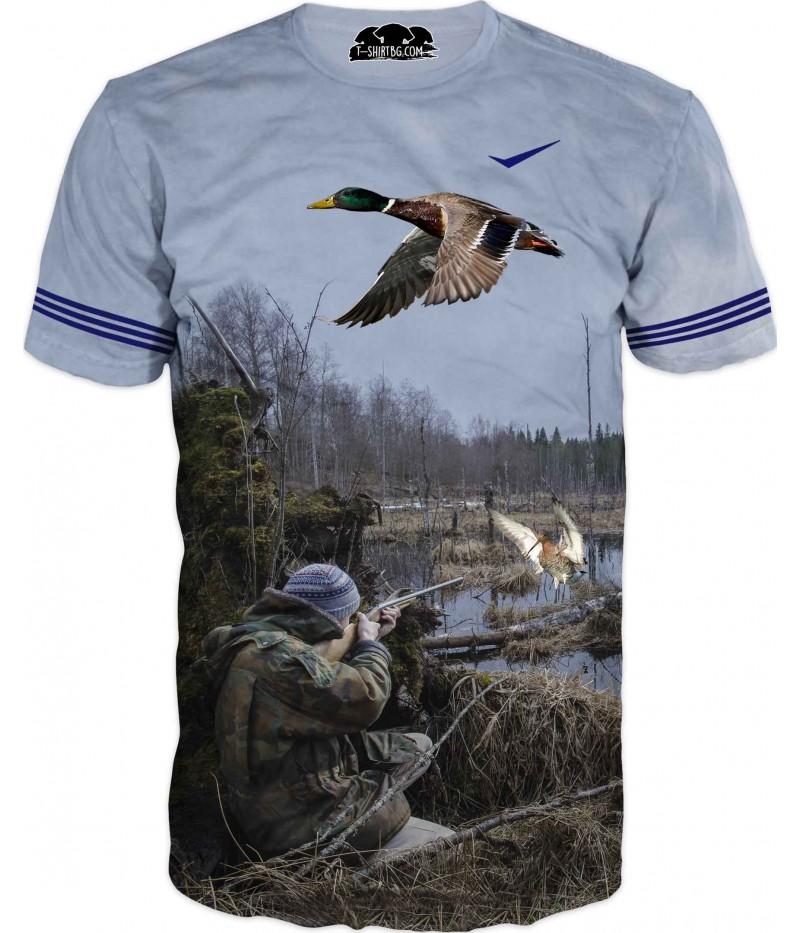 Ловна тениска на ловец край езеро и патици