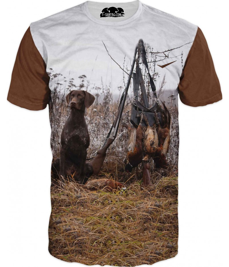 Тениска с ловно куче на поляна