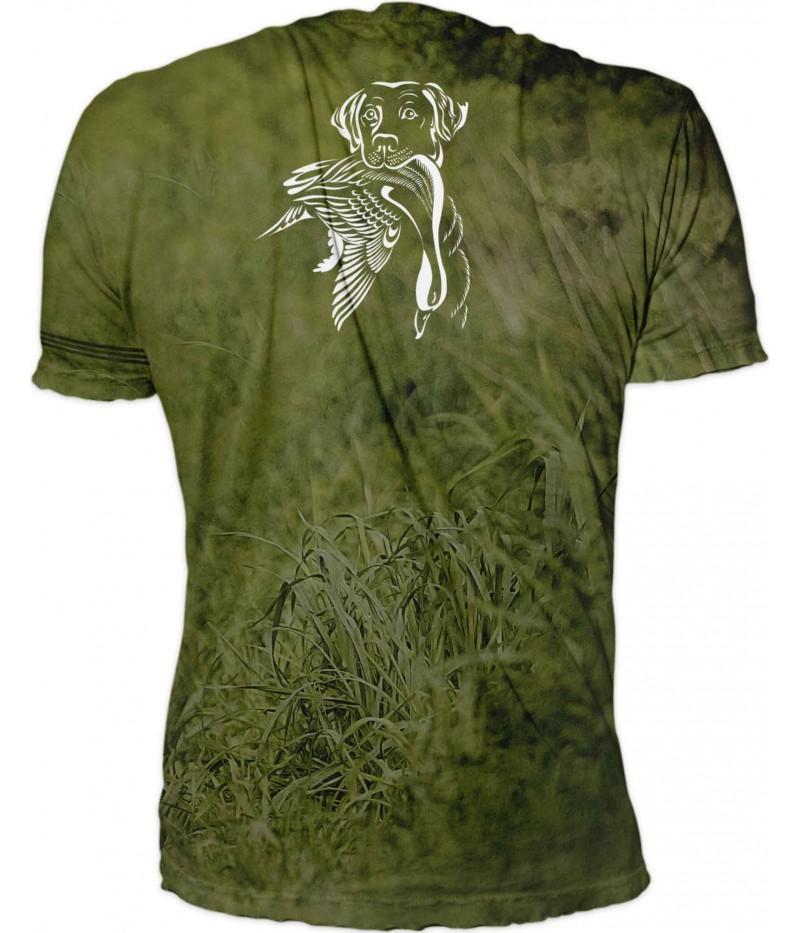 Тениска с ловно куче в гора