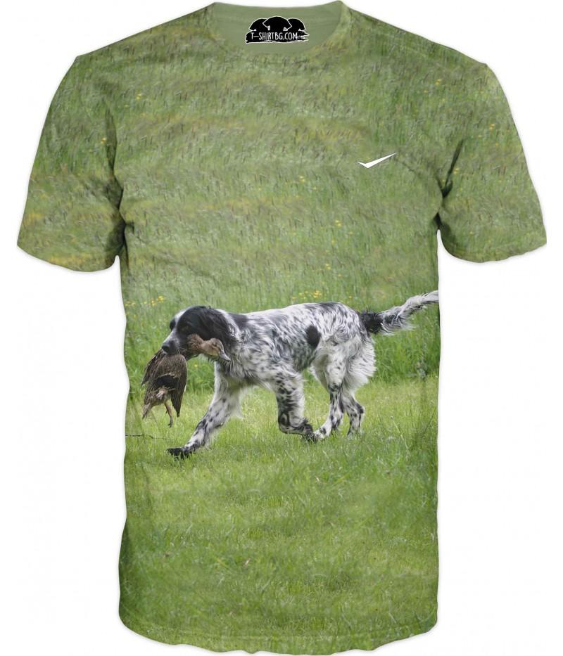 Ловна тениска с куче на поляна